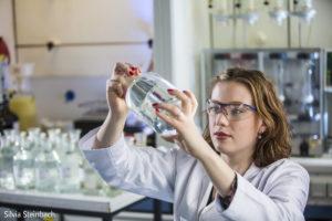 Laborantin begutachtet Wasserprobe