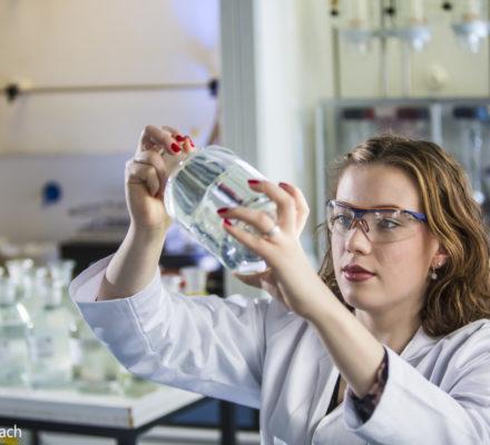 Laborantin prüft Wasseranalyse
