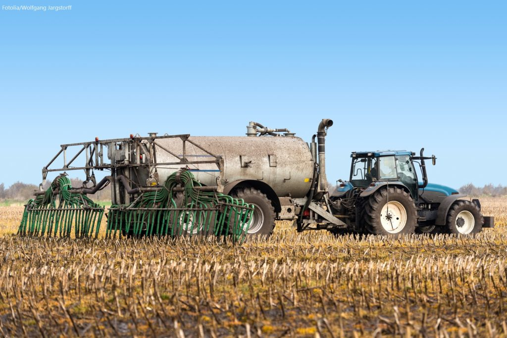Traktor bei der Gülleausbringung