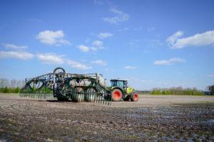 Traktor bringt Gülle auf den Acker