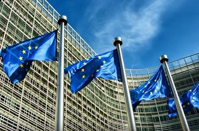 Europaflaggen vor EU-Parlamentsgebäude