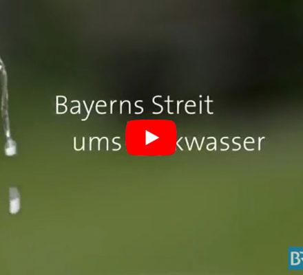 """Filmtitel """"Bayerns Streit ums Trinkwasser"""" vor grünem Hintergrund"""